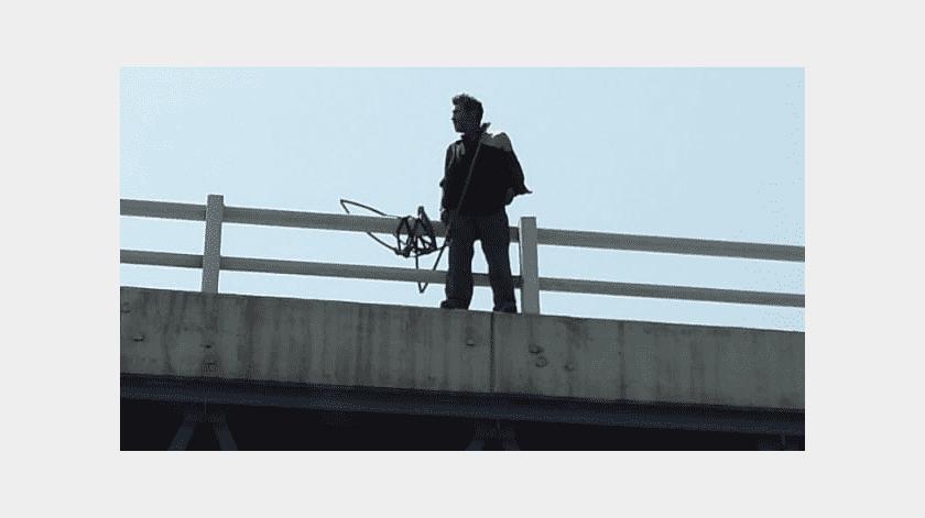 Salvan a indigente de arrojarse de puente(Cortesía)