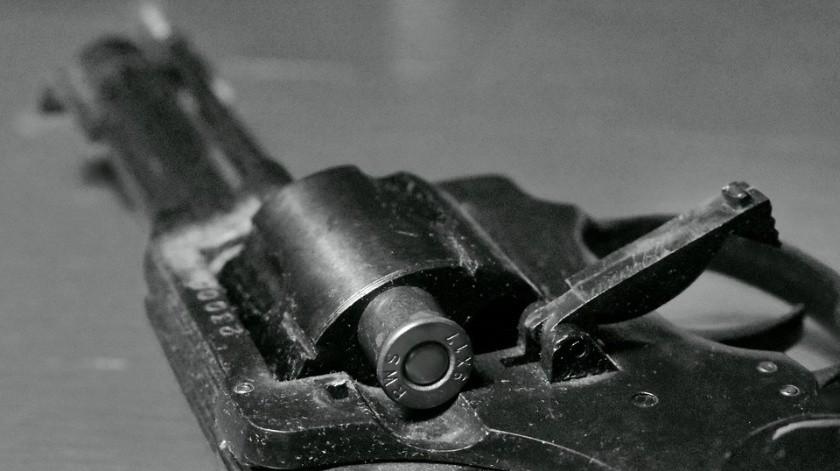 Junto al cuerpo de Novelo se encontró un revólver, arma que habría sido usada en los hechos.(Pixabay)