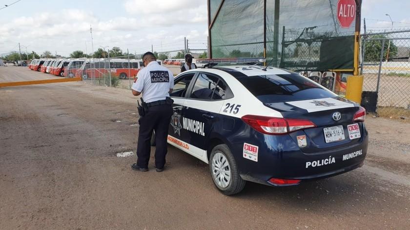 El guardia del lugar, quien prefirió no dar su nombre, explicóque fue a las 5:00 horas de la mañana cuando se bloqueó salida de las unidades.(Julián Ortega.)