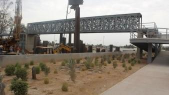 La construcción del paso deprimido tendrá una longitud de 445.6 metros, incluye un puente para cruce del ferrocarril, un puente vehicular y un cruce peatonal.