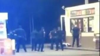 VIDEO: Impactante momento en el que policías asesinan a un hombre de color armado con un cuchillo