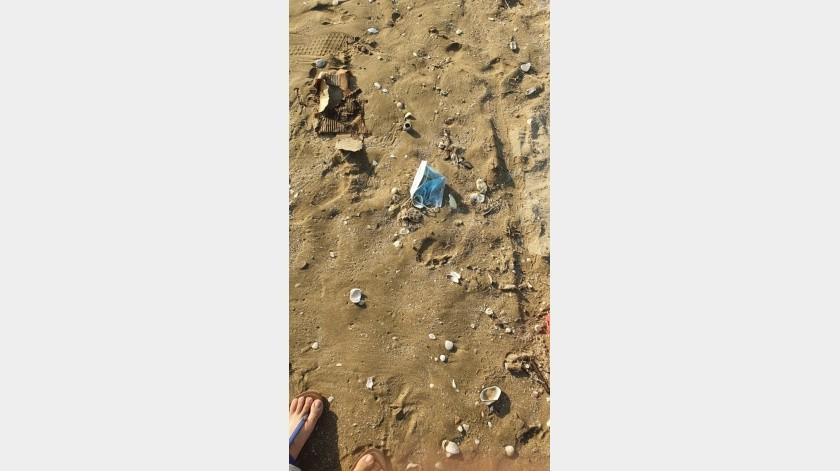 Visitantes de Bahía de Kino aseguran que hacen falta que se coloquen más contenedores de basura en la playa, para evitar contaminar el área.