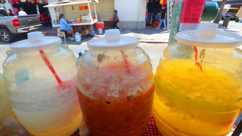"""Los vendedores de las carretas de aguas frescas """"hacen su agosto"""" en el Centro, ante las altas temperaturas que se registran en la ciudad.(Anahí Velásquez)"""