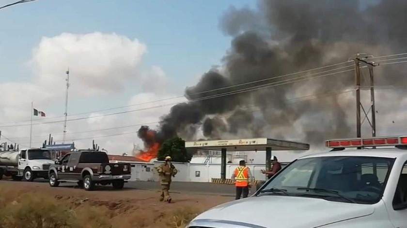 Elementos de Bomberos trabajaron para controlar el fuego en la planta de Rivera Gas en Cajeme.(Cortesía)