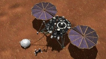 A lo largo de cada día o sol marciano, la computadora principal de InSight recupera los datos almacenados en la computadora de control de APSS para su posterior transmisión a las naves espaciales en órbita, que transmiten los datos a la Tierra.