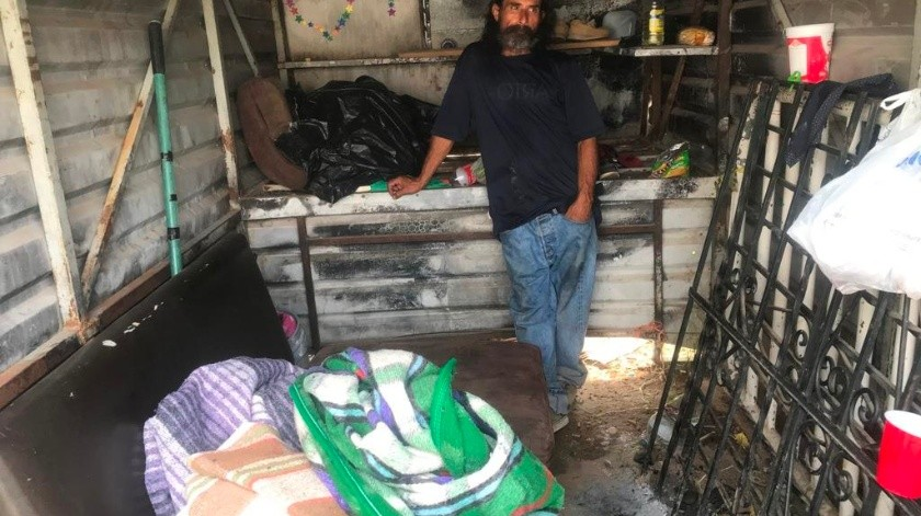 Juan de Dios acondicionó la caja de un pick up como su hogar luego de haber pasado más de un año viviendo en un panteón.(Manuel Jiménez)
