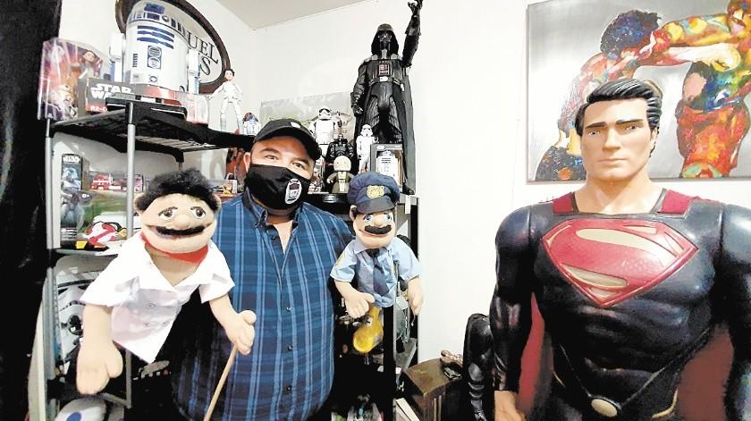 Jorge tiene en su oficina cerca de 500 personajes de ficción en los que se inspira para dar pláticas positivas.(Banco Digital)