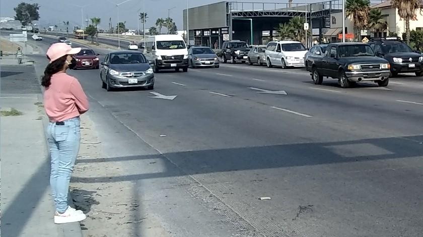Personas se arriesgan en cruce de bulevar Manuel J. Clouthier(Eduardo Vázquez)