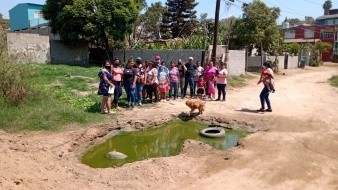La situación empeora bastante en la temporada de lluvias, ya que ante la falta de pavimento, la zona se llena de lobo y el agua termina metiéndose en las casas.