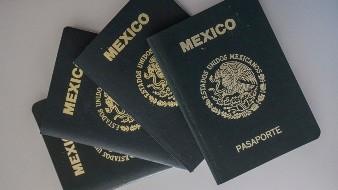 CIUDAD DE MÉXICO, 31DICIEMBRE2016.- La Secretaría de Relaciones Exteriores (SRE) informó que el pasaporte mexicano incrementaría cuatro por ciento su costo en 2017, lo que lo convertirá en el segundo más caro de América e incluso que algunos países europeos como España y Francia. Este año, el precio por emitir un pasaporte fue de 2 mil 215 pesos; a partir del 1 de enero de 2017, costará 2 mil 390 años, con una vigencia de 10 años. FOTO: ISAAC ESQUIVEL /CUARTOSCURO.COM
