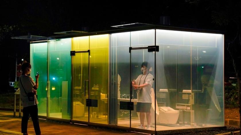 Instalan baños con muros transparentes en Tokio(Tomada de la red)
