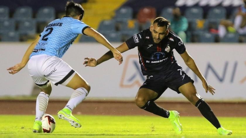 Ángel López, de Cimarrones,disputa el balón con un futbolista de Cancún FC.(Eleazar Escobar)