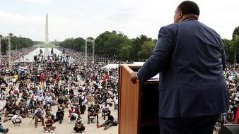 Líderes y activistas se dirigieron al público, varios de ellos de la comunidad hispana