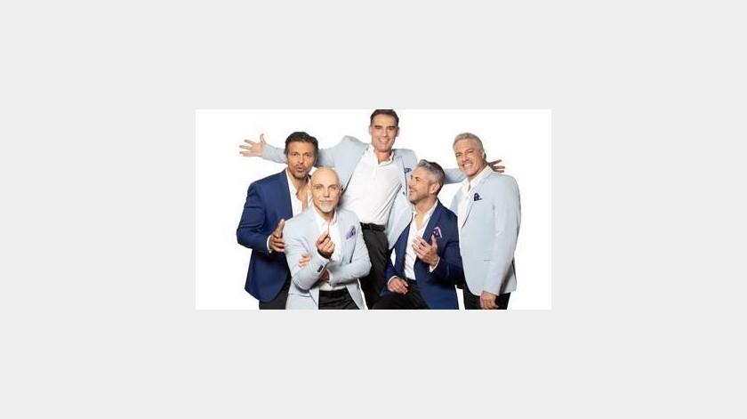 Caballeros cantan en show en línea(Tomada de la Red)