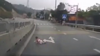 Bebé cruza carretera, en China y dos automovilistas detuvieron su marcha y descendieron de los vehículos para rescatar al menor.