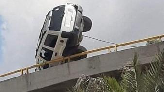 ¡Dramático! Camioneta queda al borde de caer de lo alto de
