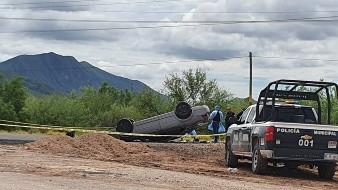 El conductor de la unidad perdió el control y se volcó, pero logró salir y correr al monte donde en este momento es buscado por las autoridades.