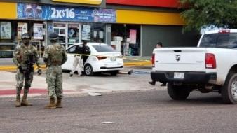 Los cuerpos sin vida, aún sin identificar, quedaron el del hombre sobre el pavimento del estacionamiento de la tienda y el de la mujer al interior del vehículo de alquiler.