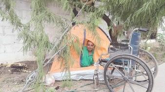 Dioniosio ha recibido apoyo de la comunidad con una casa de campaña y alimento, lo que le motiva a seguir trabajando en su jardín.