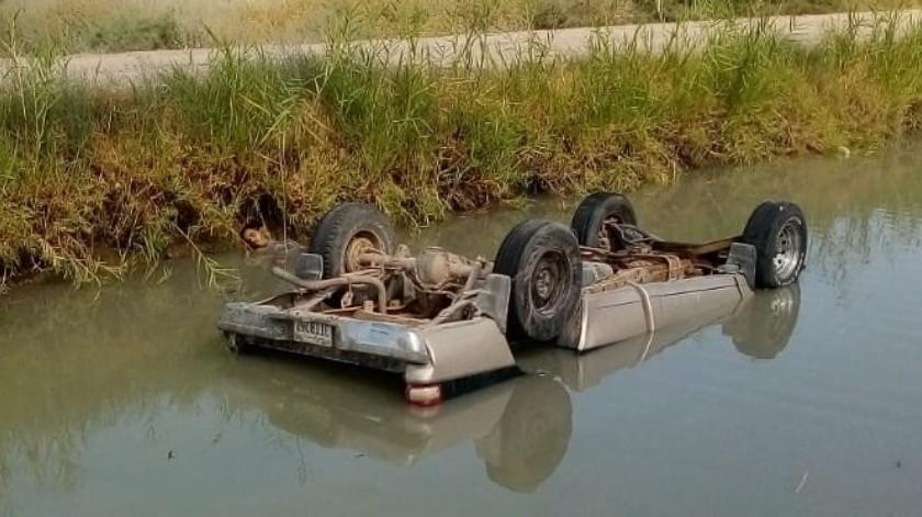 Hombre muere en auto que cayó a canal(Cortesía)