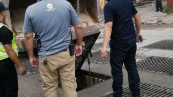 Arroyo atrapa a persona sin hogar en alcantarilla