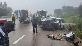Padre e hija prensados en aparatoso accidente por lluvia son rescatados