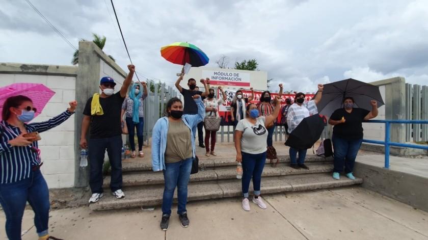 Hoy cerca de 30 docentes, algunos hasta con 16 años de servicio comenzaron una manifestación en las oficinas de la SEC en Hermosillo.
