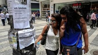 Dos mujeres observan algunas ofertas de trabajo publicadas en un poste en el centro de Sao Paulo (Brasil).