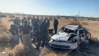 El caso ocurrió en la Carretera interestatal 8, cerca de la milla 34, cuando autoridades migratorias patrullaban la zona y se dieron cuenta del choque-volcadura, así como el momento en que huían tres sujetos.