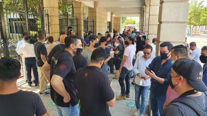 Propietarios de centros nocturnos piden a la autoridad municipal la apertura de estos realizando una manifestación pacífica a las afueras de Palacio Municipal.(Julián Ortega)