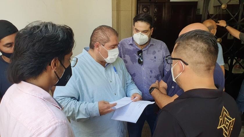 El Secretario del Ayuntamiento, Joaquín Rodríguez Véjar atendió la solicitud de los manifestantes.(Julián Ortega)