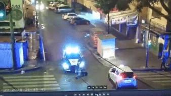 El sujeto quedó inmóvil en el piso tras ser embestido, sin embargo, esto no evitó que el policía que lo atropelló se le arrojara encima para que no escapara.