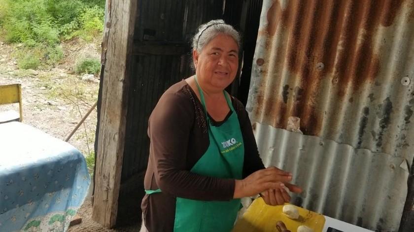 Doña Soledad se gana la vida haciendo pan en la comunidad de Tesia.(Jesús Palomares)