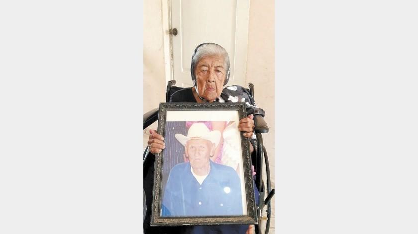 Doña Rosalía sostiene el retrato de quien es su amor eterno, don Marcelino.(Jesús Palomares)
