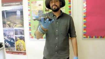 """Las aventuras de """"Mister Batman"""", como le dicen sus estudiantes, son muchas y él las adapta a cada situación en una enseñanza para lograr transmitir a las nuevas generaciones el cuidado del medio ambiente y el respeto por los animales."""