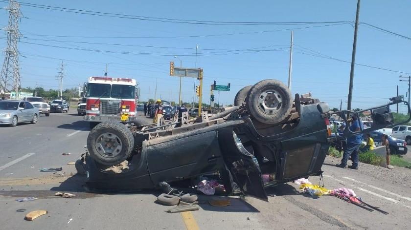 Un vehículo quedó volcado luego de que fue impactado por otro ayer en la salida Norte de Navojoa, con saldo de siete lesionados.(Cortesía)