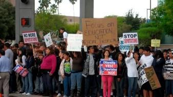 Cientos de estudiantes portan pancartas y gritan consignas contra la ley antiinmigrante SB1070, el viernes 23 de abril 2010, en en el centro de la ciudad de Tucson, Arizona.