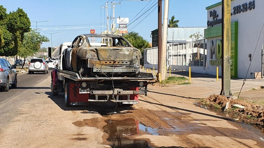 Llamas consumen auto tras aparatoso incendio en bulevar García Morales(Julián Ortega)