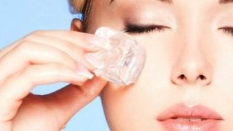 Según los expertos, el hielo puede suavizar temporalmente la hinchazón debajo de los ojos, minimizar los poros, reducir el enrojecimiento del acné e incluso aumentar el volumen de los labios.