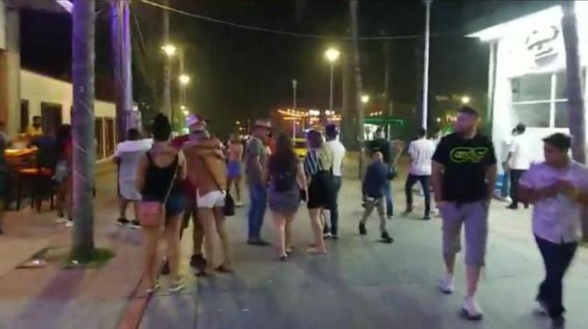 Imágenes difundidas a través de las redes sociales, dieron cuenta de la cantidad de personas que después de la medianoche del sábado seguían llegando a la Zona Turística y del ambiente de fiesta que se vivía en los bares y clubes de playa