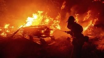 California enfrenta uno de los peores incendios de su historia