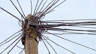 Una mujer sufrió amputación en parte de sus piernas al quedar enredada entre cables de telefonía y ser arrastrada varios metros por un vehículo