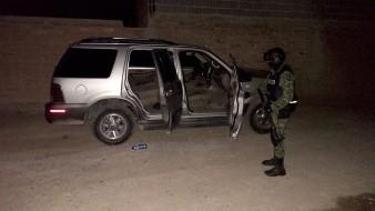 Enseguida de un Panteón en Pitiquito localizaron cartuchos y cargadores en un auto.