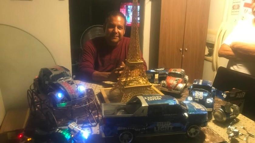 Miguel Damas creó autos y motocicletas con botes de aluminio, los cuales ofertó en redes sociales logrando vender sus obras en varias partes de México y hasta en Estados Unidos.(Manuel Jiménez)