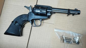 Arrestan a hombre con revólver en SLRC