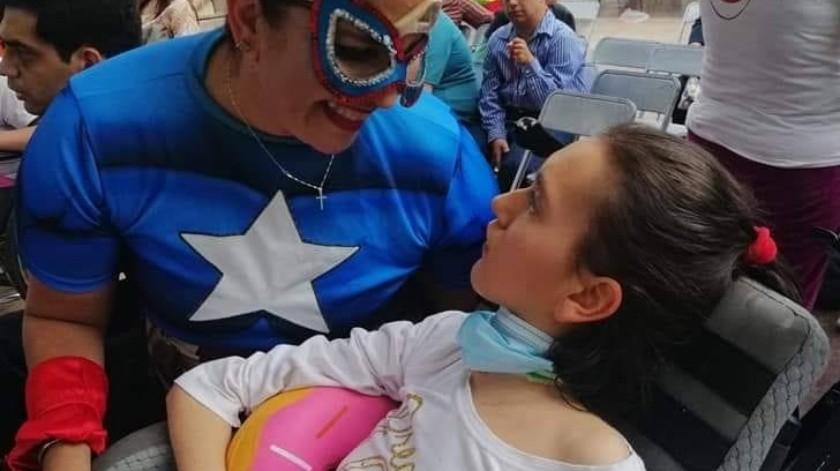 Karla y los voluntarios de Pintando Sonrisas se disfrazan de personajes para alegrar a los niños(Especial)