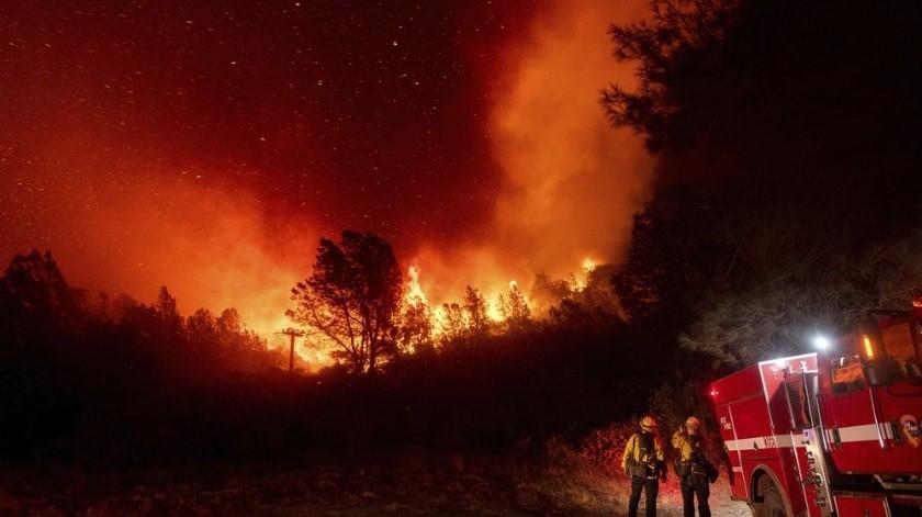 Suman 10 muertos por masivo incendio en California