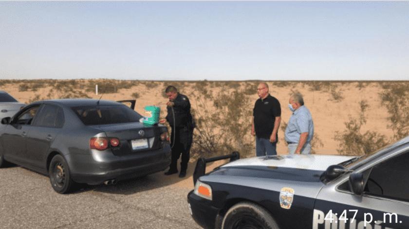 Policía auxilia a familia mexicalense que se quedó sin gasolina en carretera(Cortesía)