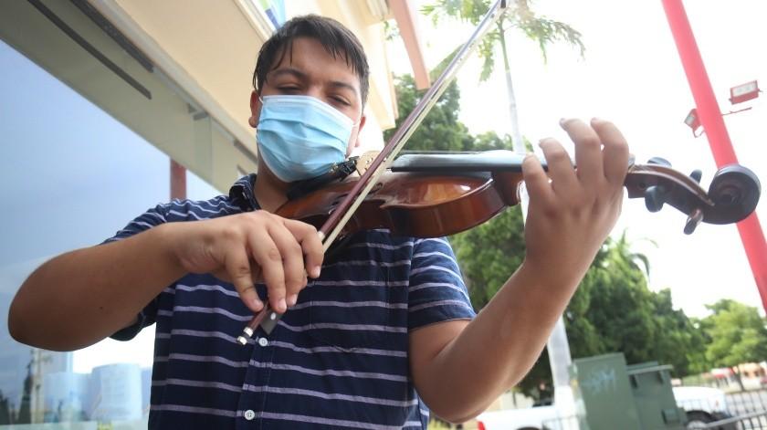 Diego asegura que no le da vergüenza tocar en la calle, lo más importante es no quedarse sin hacer nada y compartir su música(Teodoro Borbón)