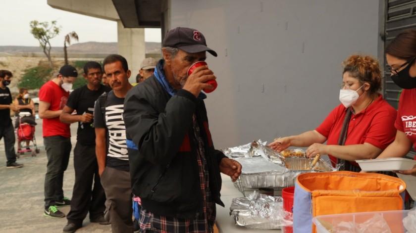 Voluntarios reparten la comida en la Zona Centro, a unos metros de la avenida Internacional.(Sergio Ortiz)